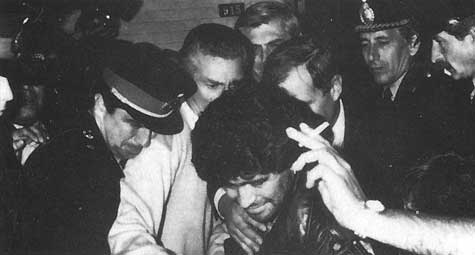 МАРАДОНА. Его игра была непревзойденной, но его погубили наркотики, в Аргентине он был арестован за их хранение.