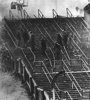 СТУПЕНИ, ЧТО ПРИВЕЛИ К БЕДЕ. Шестьдесят шесть человек погибло на «Айброкс Парк», когда болельщики попытались вернуться на трибуны.